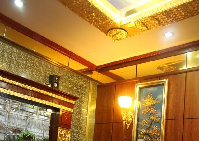Tất cả các chi tiết như tường nhà, khung tranh, chân bóng đèn... đều được mạ vàng 24k. (Ảnh: Khôi Nguyên)