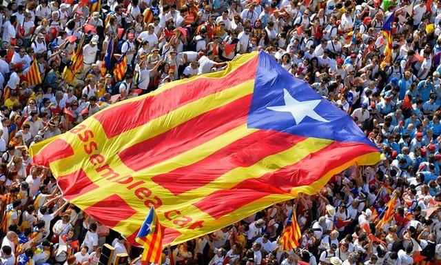 Người dân biểu tình ở thành phố Barcelona - thủ phủ vùng Catalonia (Ảnh: AFP)