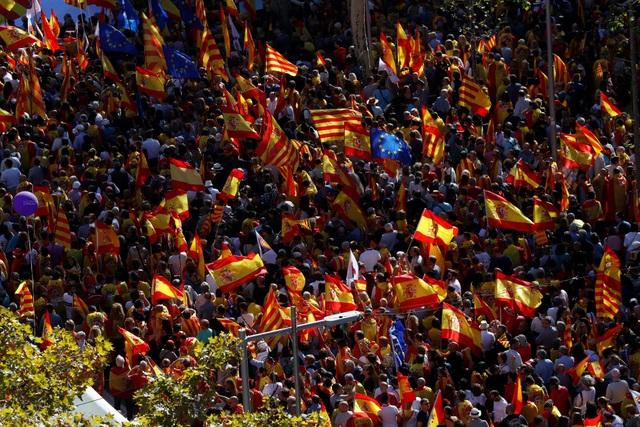 Các tuyến đường ở thành phố Barcelona, thủ phủ của vùng tự trị Catalonia, ngày 29/10 tràn ngập người biểu tình với cờ, khẩu hiệu phản đối việc chính quyền Catalonia đơn phương tuyên bố tách khỏi Tây Ban Nha.