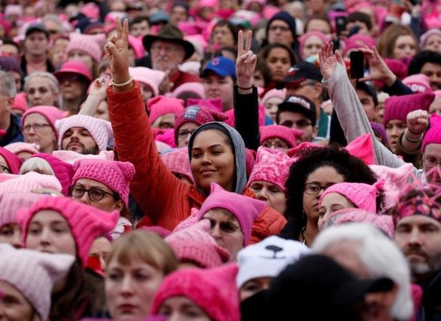 Đông đảo phụ nữ đồng loạt mặc áo và đội mũ hồng trong cuộc tuần hành mang tên Women's March tại thủ đô Washington, Mỹ ngày 21/1. Cuộc tuần hành được tổ chức để phản đối các phát ngôn gây tranh cãi của Tổng thống Donald Trump về phụ nữ, cũng như kêu gọi bình đẳng giới và nâng cao nhận thức về nữ quyền.