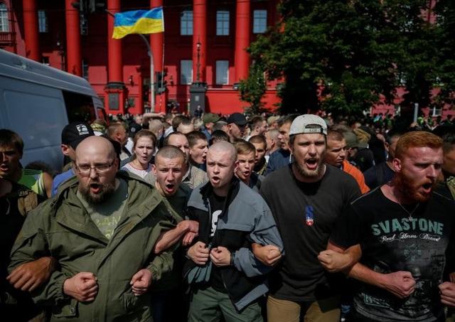 Những người biểu tình phản đối cộng đồng người đồng tính, song tính, chuyển giới (LGBT) tại Kiev, Ukraine ngày 18/6.