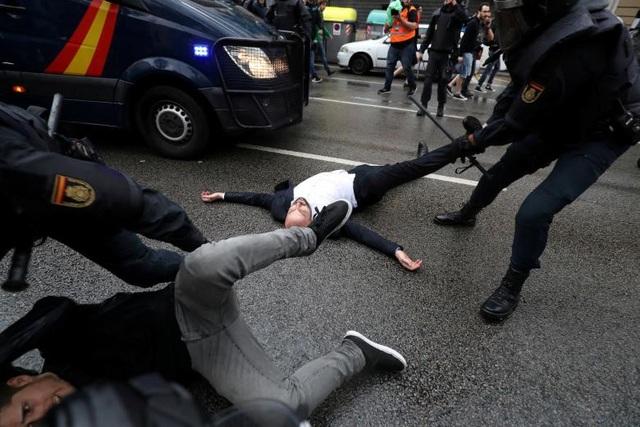 Cảnh sát Tây Ban Nha kéo người biểu tình ở bên ngoài điểm bỏ phiếu về vấn đề trưng cầu dân ý tại thành phố Barcelona, Tây Ban Nha ngày 1/10.