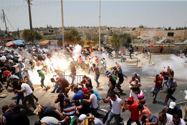 Người Palestine tháo chạy trong cuộc biểu tình trên đường phố ở Jerusalem ngày 21/7.
