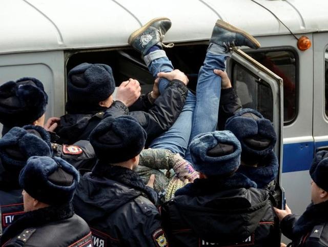 Cảnh sát trấn áp những người biểu tình quá khích tại Vladivostok, Nga ngày 26/3.