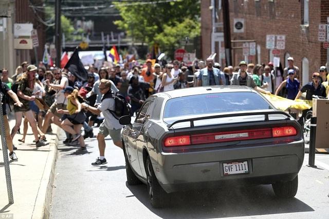 Một người đàn ông sau đó đã cố tình lao xe vào một đám đông biểu tình. (Ảnh: AP)