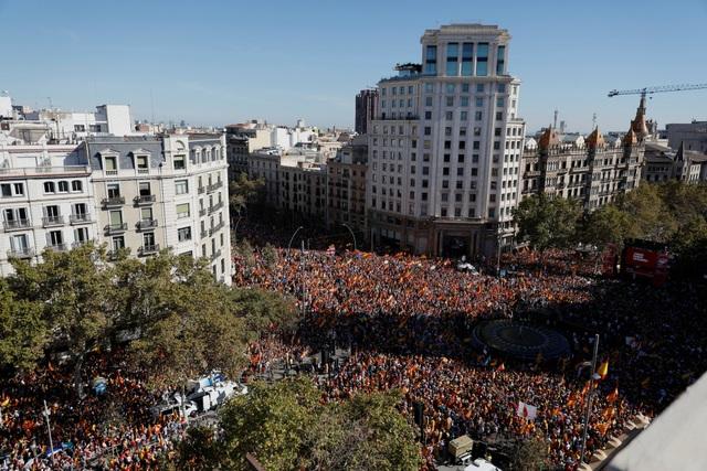 Đám đông người biểu tình, với sự tham gia của cả trẻ em đi cùng cha mẹ, những người nghỉ hưu và thanh niên đã hô khẩu hiệu thống nhất Tây Ban Nha trong khi trực thăng của cảnh sát bay trên đầu họ để đảm bảo an ninh của cuộc biểu tình.