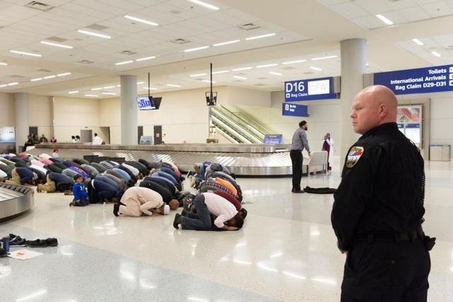 Tại sân bay quốc tế Dallas/Fort Worth ở Dallas, bang Texas, Mỹ, đám đông người Hồi giáo đã cử hành nghi lễ cầu nguyện trong cuộc biểu tình nhằm phản đối sắc lệnh cấm nhập cư của chính quyền Tổng thống Donald Trump hồi cuối tháng 1.