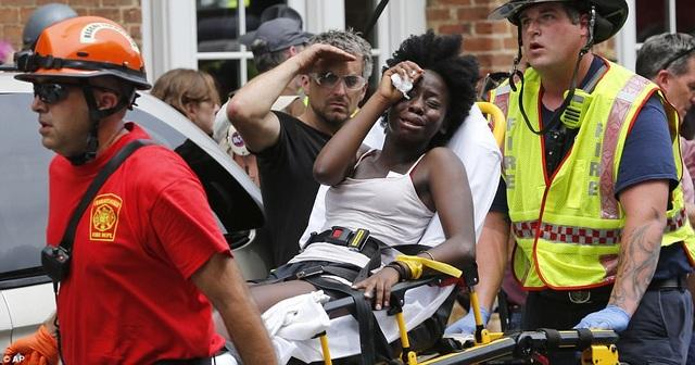 Những người bị thương được đưa đi khỏi hiện trường bằng cáng. (Ảnh: AP)
