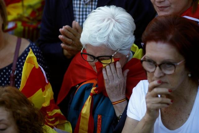 """Những người biểu tình mang theo nhiều khẩu hiệu với nội dung kêu gọi thống nhất như """"Hãy đoàn kết"""", """"Catalonia là vùng đất của tôi, Tây Ban Nha là đất nước của tôi"""" hay """"Chúng tôi sẽ không cho phép Tây Ban Nha bị chia cắt""""."""
