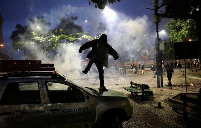Người đàn ông giận dữ phá xe ô tô trong cuộc biểu tình tại Rio de Janerio, Brazil để phản đối đề xuất của Tổng thống Brazil Michel Temer về cải cách hệ thống an sinh xã hội hồi tháng 4.