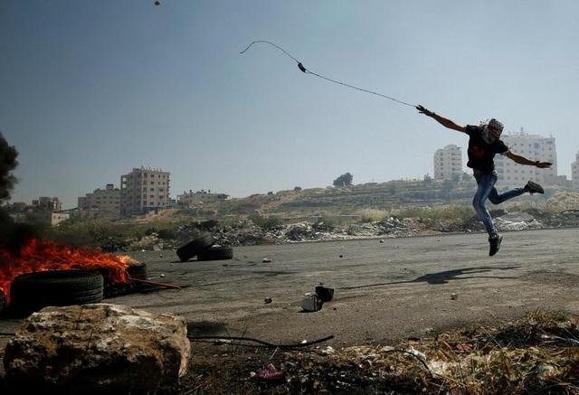 Người biểu tình Palestine ném đá về phía các binh sĩ Israel trong cuộc biểu tình phản đối việc các tù nhân Palestine bị giam giữ tại nhà tù Israel ngày 11/5.