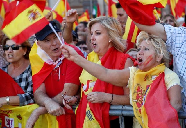 Ngày 28/10, chính phủ trung ương đã chỉ định Phó Thủ tướng Tây Ban Nha Soraya Saenz de Santamaria quản lý trực tiếp vùng Catalonia. Bộ Nội vụ Tây Ban Nha đã nhận nhiệm vụ chỉ đạo lực lượng cảnh sát Catalonia sau khi Madrid sa thải hàng loạt các quan chức cao cấp thuộc lực lượng này.