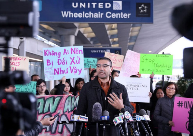 Người biểu tình phản đối vụ bác sĩ David Dao bị lôi khỏi máy bay Mỹ (Ảnh: Chicago Tribune)
