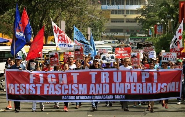 Một cuộc biểu tình phản đối sắc lệnh của ông Trump cũng nổ ra tại Manila, Philippines (Ảnh: Reuters)