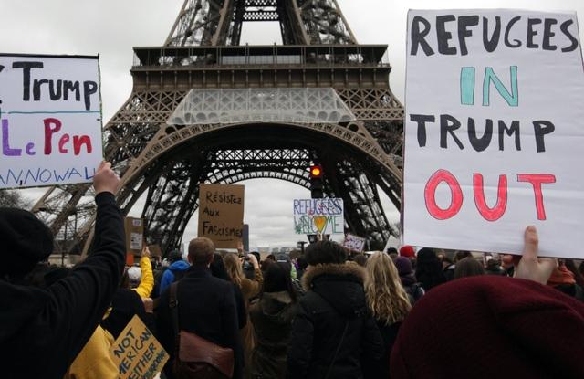 Đám đông biểu tình gần tháp Eiffel ở thủ đô Paris, Pháp. (Ảnh: Reuters)