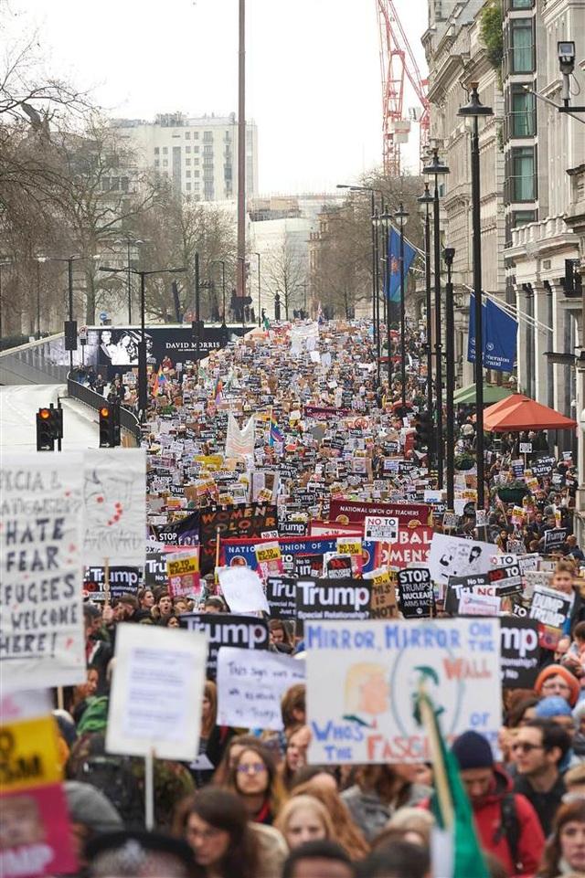 Hàng nghìn người biểu tình mang các khẩu hiệu phản đối sắc lệnh của ông Trump tuần hành ở trung tâm thủ đô London, Anh ngày 4/2. (Ảnh: AFP)
