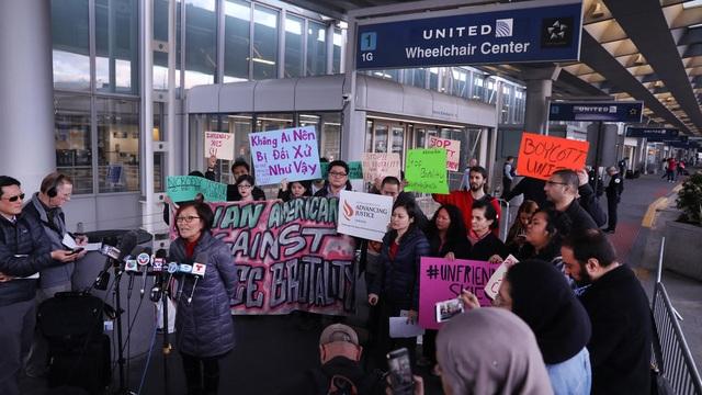 Một nhóm người biểu tình phản đối vụ việc tại sân bay OHare ở Chicago ngày 11/4 (Ảnh: Chicago Tribune)