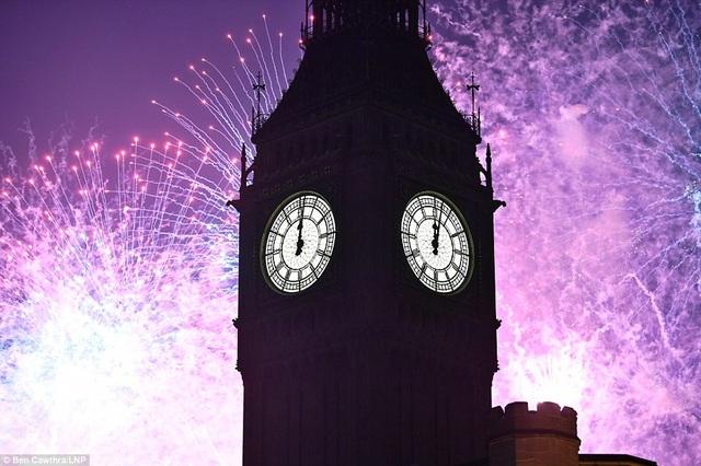 Nước Anh chào đón năm mới 2017 bằng những màn trình diễn pháo hoa ấn tượng. Trong ảnh: Tháp đồng hồ Big Ben nổi tiếng của Anh trong đêm giao thừa 1/1 khi kim đồng hồ chỉ 0 giờ. (Ảnh: LNP)