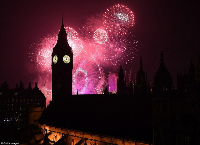 Pháo hoa rực rỡ trên bầu trời Anh ở khu vực tháp đồng hồ Big Ben. (Ảnh: Getty)