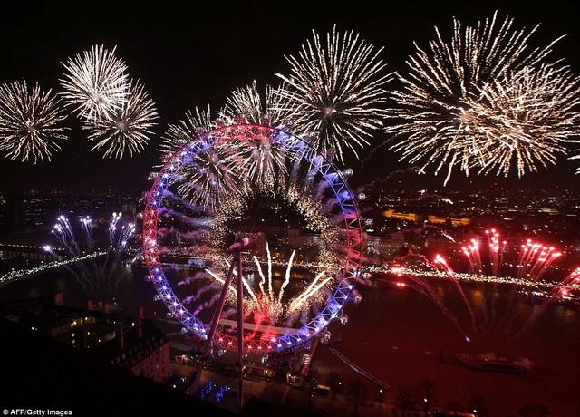 Ước tính có khoảng 1 triệu người đã đổ về các tuyến đường ở thủ đô London của Anh để chiêm ngưỡng màn bắn pháo hoa đặc sắc mừng năm mới 2017 trong đêm giao thừa. (Ảnh: AFP)