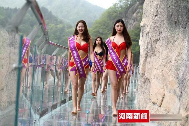 Các cô gái trong màn trình diễn catwalk trên cầu đáy kính ở núi Bạch Vân