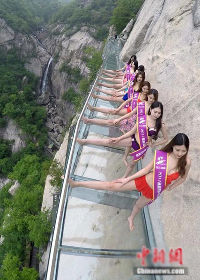 Các cô gái trình diễn bikini trên núi