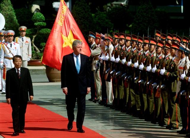 Tháng 11/2000, Tổng thống Mỹ Bill Clinton có chuyến thăm lịch sử tới Việt Nam, ông là Tổng thống Mỹ đầu tiên tới Việt Nam kể từ sau khi chiến tranh kết thúc năm 1975. Trong ảnh: Chủ tịch nước Trần Đức Lương cùng Tổng thống Bill Clinton duyệt danh dự trong lễ đón chính thức tại Phủ Chủ tịch. Chủ tịch nước Trần Đức Lương đánh giá cao vai trò và đóng góp cá nhân của Tổng thống Clinton trong việc bình thường hóa quan hệ hai nước. (ảnh: Reuters)