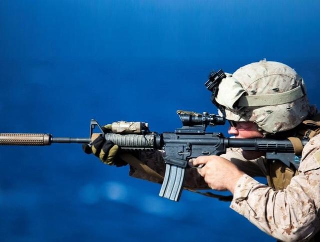 Tuy ngoại hình giống M-4 của Mỹ, nhưng tính năng vẫn bị đánh giá là không bằng phiên bản gốc. Trong hình là binh sĩ Thủy quân lục chiến Mỹ tác chiến với khẩu M-4.