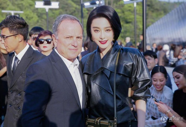 Ngày 14/5, Phạm Băng Băng có mặt tại Mỹ để tham dự một sự kiện thời trang quy tụ nhiều ngôi sao nổi tiếng thế giới. Cô xuất hiện với diện mạo hoàn toàn mới, một mái tóc ngắn trẻ trung và hiện đại.