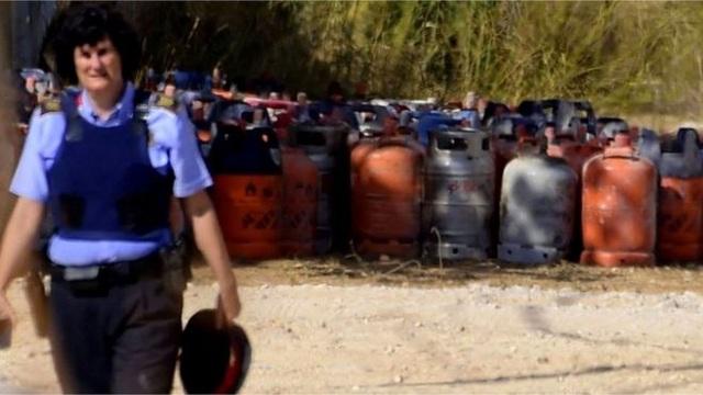 Cảnh sát đã tìm thấy 120 binh ga tại nơi ở của những nghi phạm khủng bố. (Ảnh minh họa: Getty)