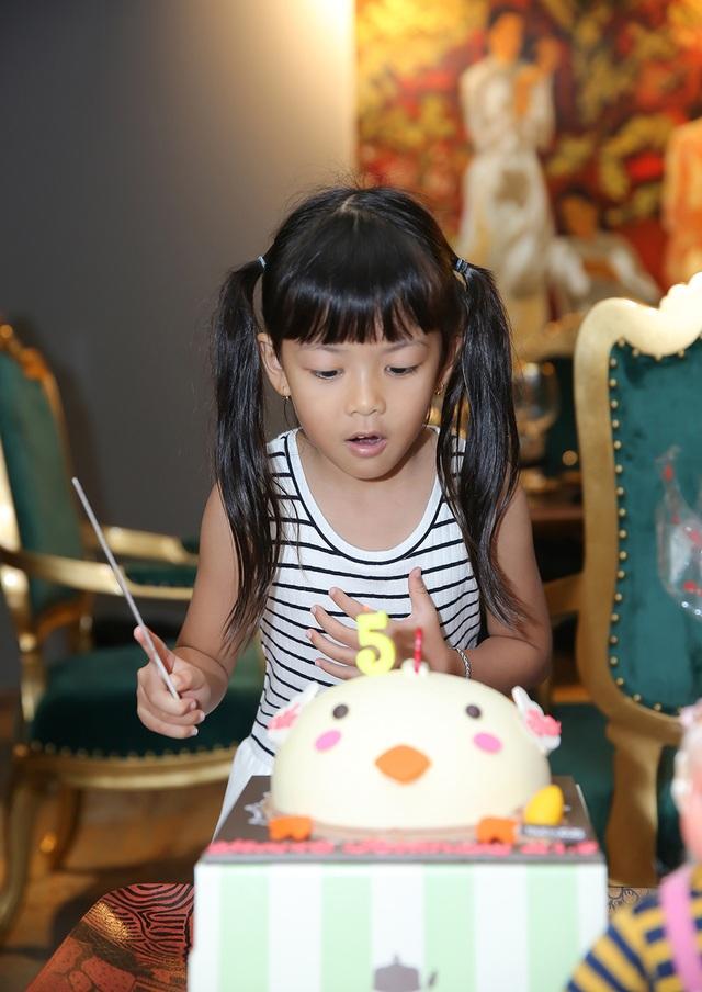 Bé An Như đón sinh nhật hạnh phúc bên bố mẹ