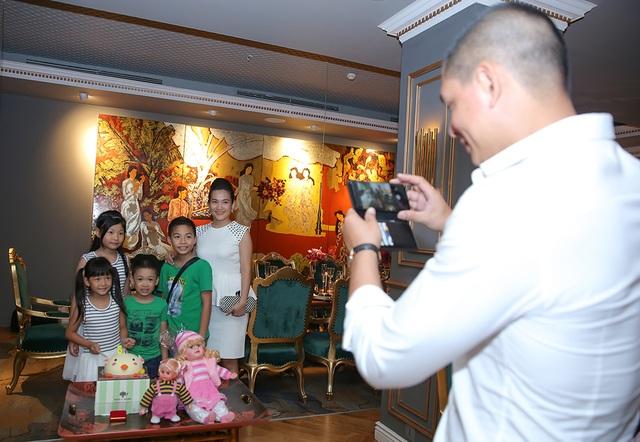 Khá thành công trong xã hội nhưng Bình Minh cũng là ông bố rất yêu con. Nam diễn viên còn tự mình chụp ảnh kỷ niệm cho vợ và các con.