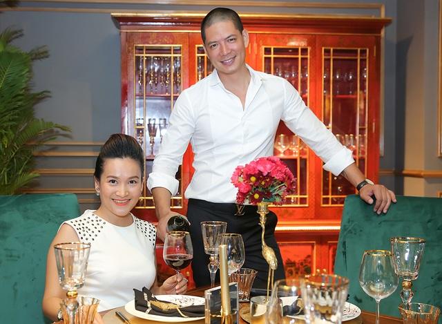 Hai vợ chồng khá bận rộn nên nhân dịp sinh nhật con gái cũng đã dành thời gian cho nhau trong bữa tối khá lãng mạn.