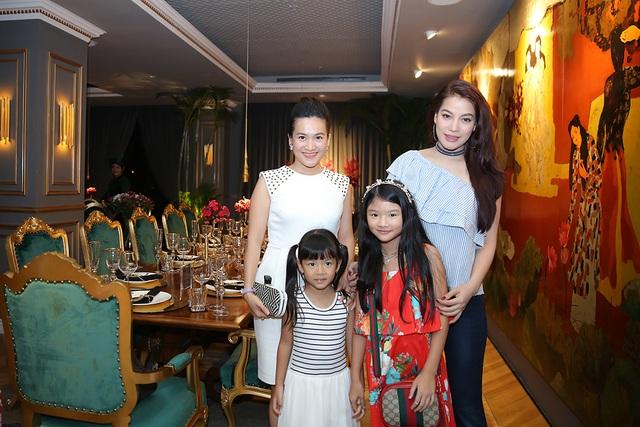 Diễn viên Trương Ngọc Ánh cùng con gái cũng đến chia vui cùng vợ chồng Bình Minh
