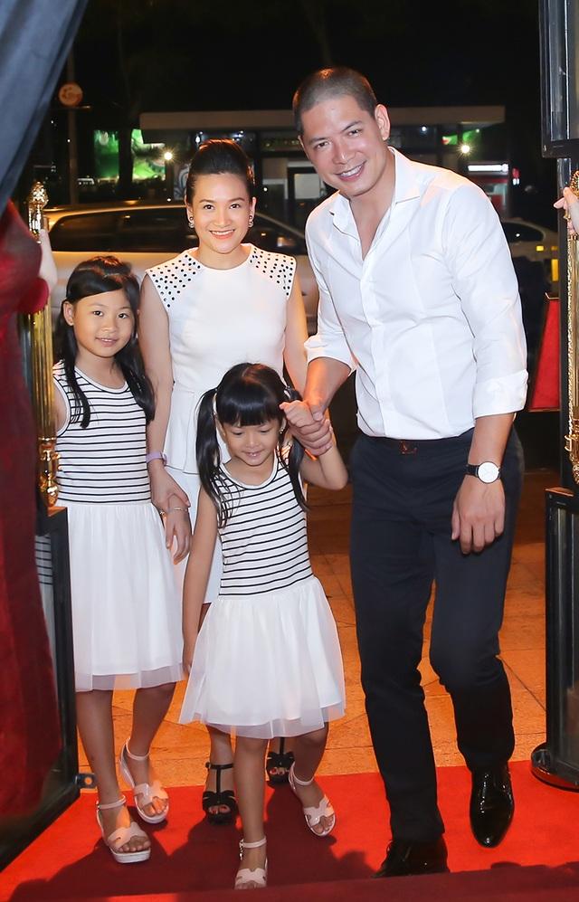 Có mặt tại buổi tiệc bên cạnh hai cô con gái xinh xắn, Anh Thơ ăn vận giản dị với bộ váy trắng thanh lịch, trong khi đó, Bình Minh đơn giản với set sơ – mi trắng, quần Âu.