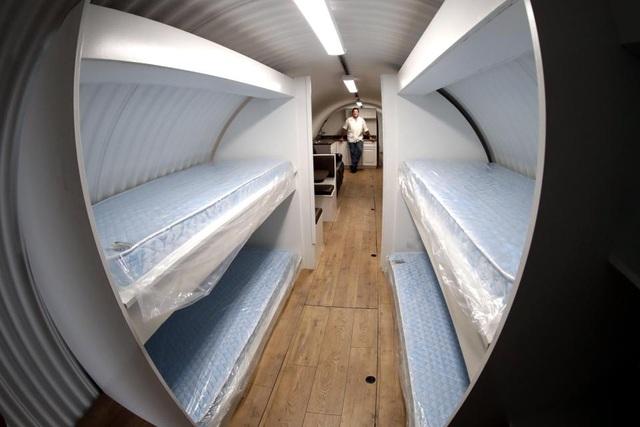 Hệ thống giường tầng được thiết kế giúp tiết kiệm diện tích bên trong boong ke. (Ảnh: EPA)