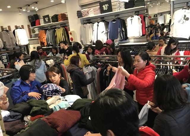 Dịp Black Friday các hãng thời trang đua nhau đưa ra mức giảm giá hấp dẫn thu hút người mua