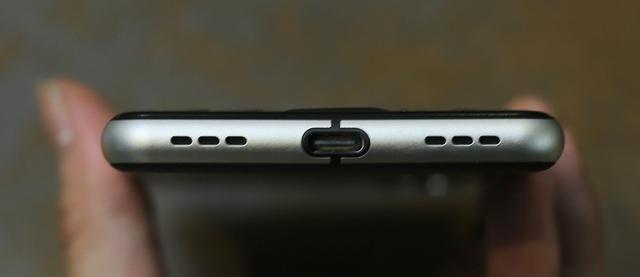 Cạnh dưới là loa ngoài, cổng sạc USB-C và microphone.