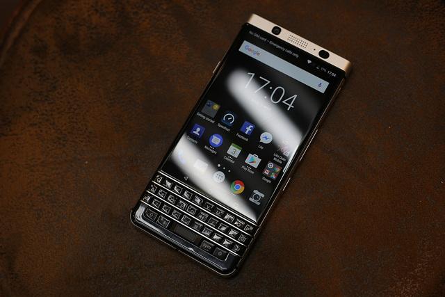Blackberry KeyOne từng được biết đến với tên mã Mercury với điểm nhấn chính là bàn phím Qwerty đặc trưng của hãng này đi cùng một màn hình kích thước 4,5 inch đạt độ phân giải 1620x1080 pixel.