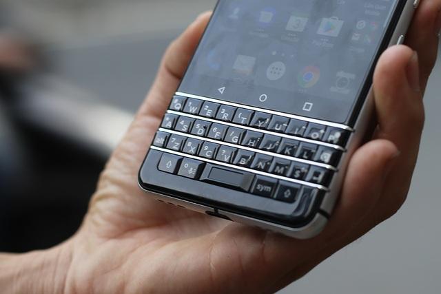 Bàn phím Qwerty trên KeyOne có lối thiết kế và cách vận hành tương tự mẫu Passport khi tích hợp cảm ứng cho phép vuốt và di chuyển qua lại giữa các tab dễ dàng. Đáng chú ý, Blackberry trang bị thêm cảm biến vân tay vào nút Space, giúp người dùng có thể bảo mật thiết bị tốt hơn.