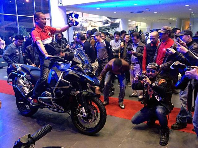 BMW Motorrad chính thức có mặt tại Việt Nam từ tháng 1/2015. Nhà phân phố BMW Motorrad tại Việt Nam cho biết sẽ chỉ có các mẫu BMW R 1200 GS và GS Adventure phân phối chính hãng mới được kiểm tra và thay thế ống giảm xóc trước.