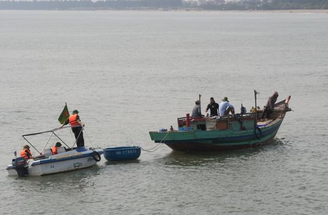 Lực lượng chức năng tìm kiếm hai nam sinh bị sóng cuốn trôi.