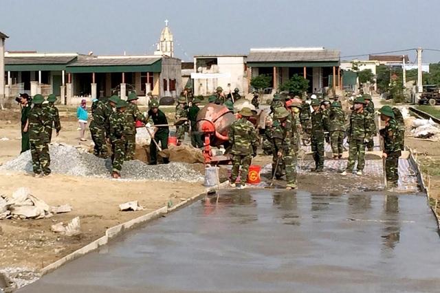 CBCS Trung đoàn 841 và Ban chỉ huy quân sự huyện Cẩm Xuyên hăng say giúp nhân dân xã Cẩm Minh bê tông hóa con đường đất.