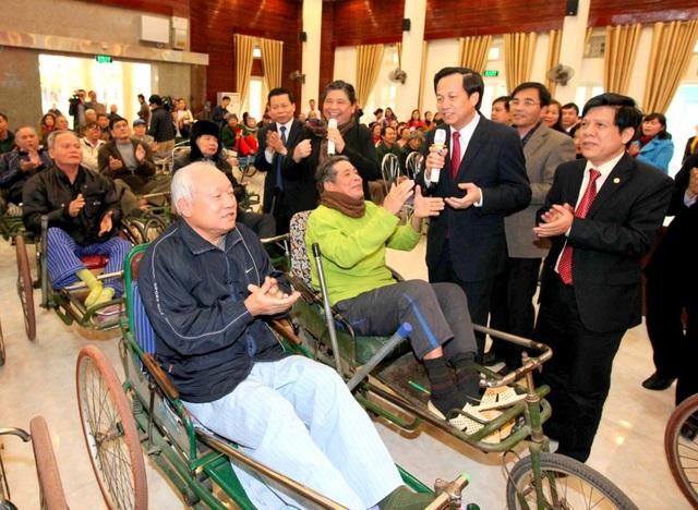 Bộ trưởng Bộ LĐ-TB&XH Đào Ngọc Dung tới thăm Trung tâm điều dưỡng thương binh (Thuận Thành, Bắc Ninh).