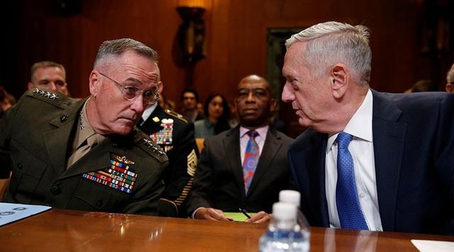 Bộ trưởng Quốc phòng Mỹ James Mattis (phải) và Chủ tịch Hội đồng Tham mưu trưởng Liên quân Mỹ Joseph F. Dunford (Ảnh: Reuters)