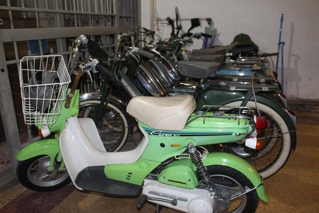 Những chiếc xe thường xuyên sử dụng được để thành một dãy trong căn nhà trên phố Huế.