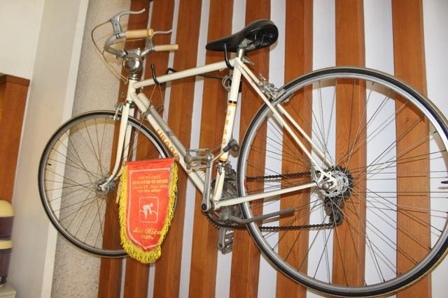 Chiếc xe đạp hiệu Urago được treo ở vị trí trang trọng.