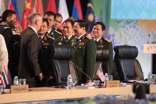 Bộ trưởng Quốc phòng Ngô Xuân Lịch và Bộ trưởng Quốc phòng Mỹ Jim Mattis tại Hội nghị Bộ trưởng Quốc phòng ASEAN mở rộng (ADMM) ở Philippines. (Ảnh: Bộ Quốc phòng Mỹ)