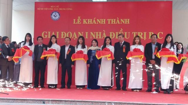 Bộ trưởng Bộ Y tế Nguyễn Thị Kim Tiến cùng cắt băng khánh thành giai đoạn 1 khu nhà điều trị mới tại BV Phụ sản Trung ương.