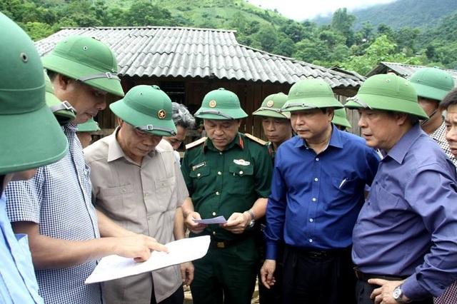 Bộ trưởng Nguyễn Xuân Cường (thứ 4 từ phải qua, hàng đầu) cùng đoàn công tác đang kiểm tra công tác khắc phục hậu quả do mưa lũ ở Mường La - Sơn La.